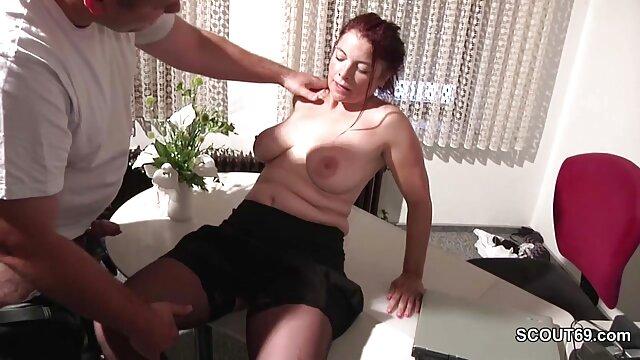 Un joven porño español le pajea la polla a la criada y se la follan por el culo