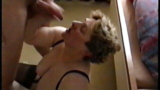 Mami sexy se sentó cómodamente en una silla, abrió las piernas e introduciendo un vibrador en su cueva, se follaba frente xxx anal españolas a una webcam