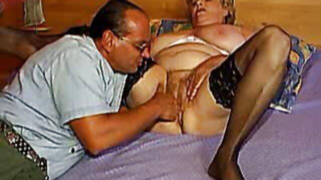 La perra puso un bloque en las bolas de su esclavo, las apretó con fuerza, y luego se puso un cinturón grueso y, como fakings videos porno gratis un jinete habilidoso, lo ensilló.