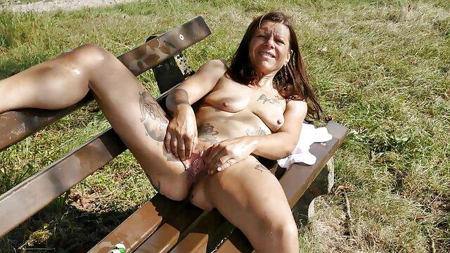 Una mujer negra sentada en el sofá decidió mostrar su cuerpo desnudo, lo ideal y sexy que es. Sus labios calientes todavía pueden complacer a un joven con una mamada. Novia de ébano chupa el pene y se excita con oorno en español él