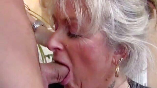Puta mayor solitaria se folla a sí misma con un porno en español cortos consolador