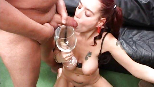 La sexy Anita se desnuda y juega porno español hablado con su cuerpo