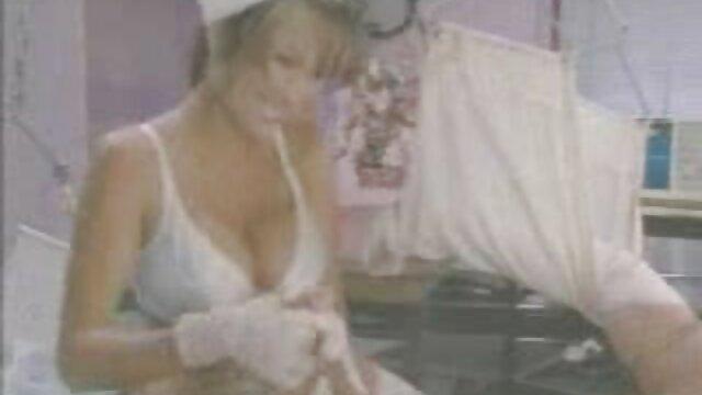 Preocupada y lujuriosa prisionera lesbiana sedujo ver porno en castellano a su guardia