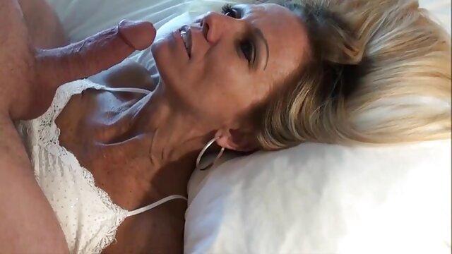 La bebé abre de piernas y se folla un porno en vivo español anal estrecho con un consolador y se sienta sobre un pene