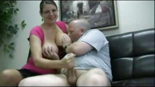 Dos rubias tetonas en látex pajean el peliculas pornos online pene de su esclavo y le hacen tragar su propio esperma