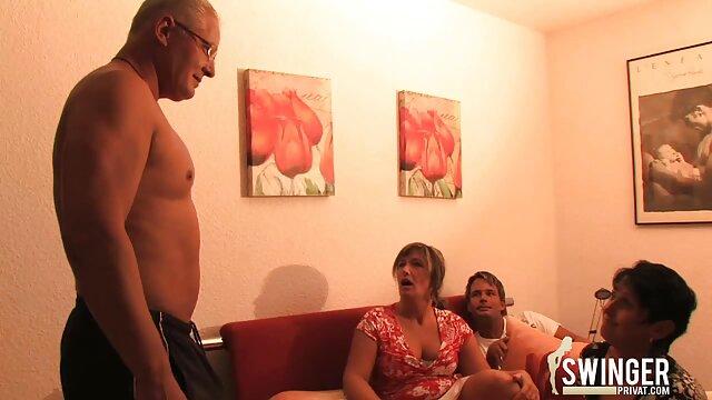 Dos rubias tratan xxx hablado en español a un chico