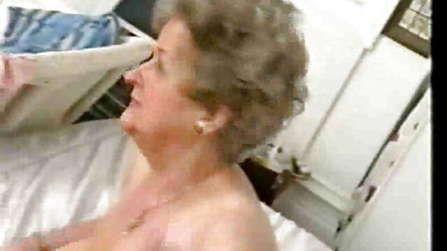 Un tipo lujurioso junto con su esposa organizaron un pornografía completa trío con una belleza pelirroja