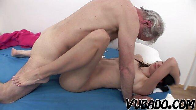 Puta pelirroja se masturba en el baño frente a la webcam porno full hd en español
